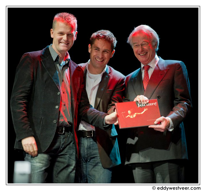 Presentation of Jazz Leeft! book to The Hague Major Jozias van Aartsen - photo Eddy Westveer